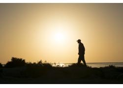 傍晚海边散步的人物剪影