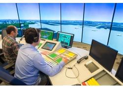 机场塔台上的工作人员和设备