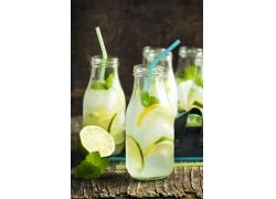 冰镇柠檬汽水摄影图片