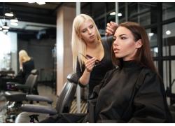 顾客和拿着剪刀的理发师