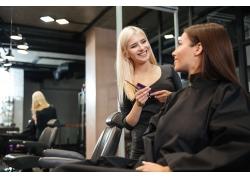 交流的顾客和理发师