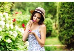 吃树莓的性感美女