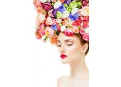 頭戴彩色玫瑰花的女人