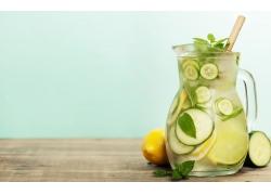 绿叶和柠檬水