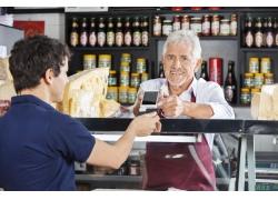 微笑的老人和顾客背影
