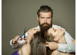 大胡子理发师和女子顾客