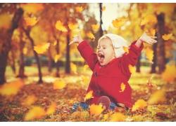 坐在树叶上的孩子