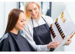看样板的理发师和顾客