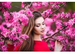 花丛中的美丽女人