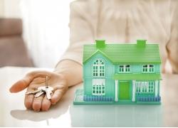 拿钥匙的人物房子背景图