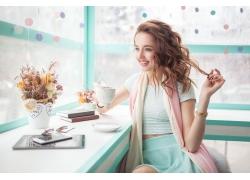 喝茶的美丽女人