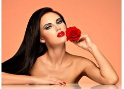 拿著玫瑰的紅唇美女