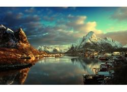 雪山湖水天空