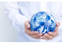 双手中的蓝色地球