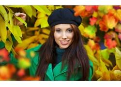 秋天树叶与美女壁纸