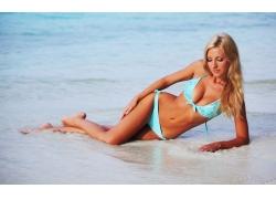 沙滩上的泳衣美女壁纸
