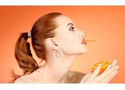 喝橙汁的美女壁纸