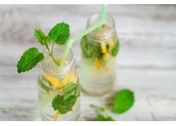 玻璃瓶里的柠檬水