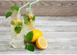 木板上的柠檬水