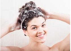 洗头的美丽女人
