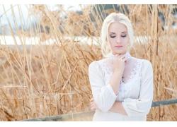 草丛的美丽女人