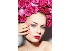 頭戴玫瑰的美女