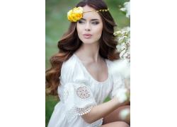戴玫瑰花環的美女