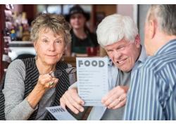 看菜单的老年顾客摄影
