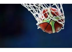 蓝色背景下的篮球