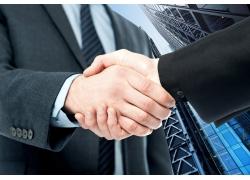 商务大楼握手商务男人