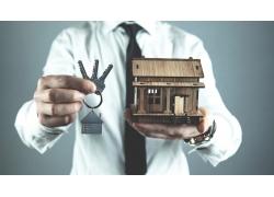 拿钥匙房子的人物图片