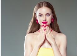 红唇指甲美女