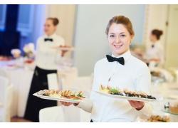 餐席上菜服务员
