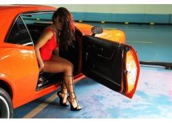 人,汽车的妇女,黑发,卷发,红色礼服20087
