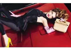 人,躺在后面,时尚,皮包,金发,汽车的妇女,高跟鞋,卷发,模型,蓝眼
