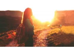 人,戶外的女人,陽光,路徑,望著遠處,背包,背景虛化,黃金時段,泥路