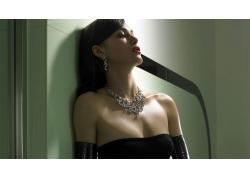 人,凯拉・奈特利,黑发,棕色的眼睛,黑色服装,紧身衣,手套,项链,浴