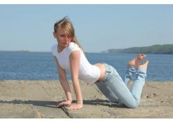 人,妇女,白色的上衣,牛仔裤,金发,湾,棕色的眼睛,裤子,弯腰,艾薇