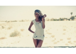 人,牛仔短裤,白色的衣服,金发,户外的女人,美女,模特,长发4904