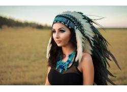人,黑发,头饰,黑色的衣服,蓝色,羽毛,美女,模特,黑发,长发,户外的