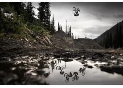 景觀,男人,體育,自行車,山地自行車,跳躍,水,水坑,泥,樹木,森林,