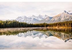 雪山湖水高山