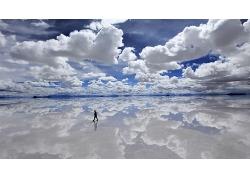 蓝天白云在湖面形成的倒影