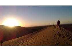 人類在沙漠中行走留下的足跡