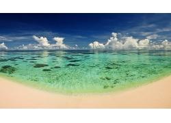 优美美丽海滩沙滩天空清澈海水美景高清图片