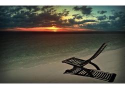 优美美丽海滩晚霞躺椅优美美景高清图片