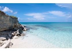 蓝天白云清澈海水大海海边沙滩石头山景观风景高清图片
