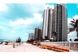 美丽滨海城市海边高楼建筑海滩沙滩阳光浴景观美景高清图片
