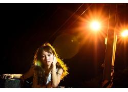 道路夜景路灯下的女性人物摄影