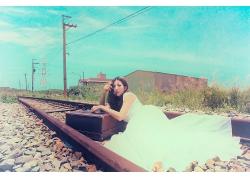 躺在铁路旁的唯美白裙文艺气质女生